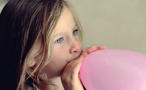 Ballongpusting: Hjelp barnet ditt med å roe seg ned på en morsom måte