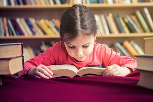 En liten jente leser