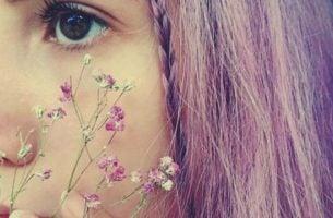 Jente med lilla hår