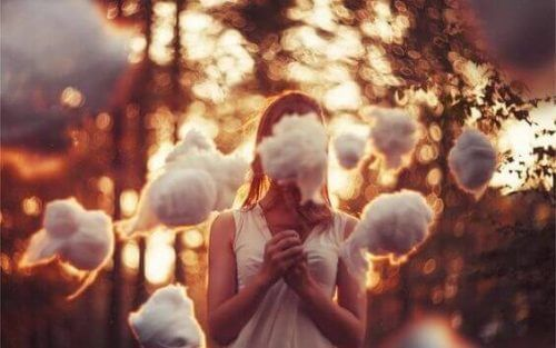 Jente omgitt av skyer