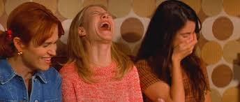 3 kvinner som ler hjertelig