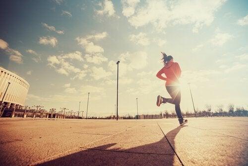 Løpende kvinne