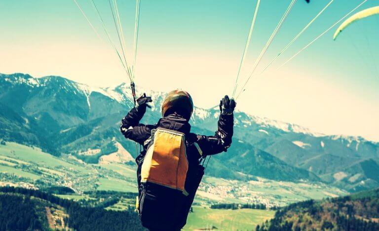 Mann hengende i fallskjerm