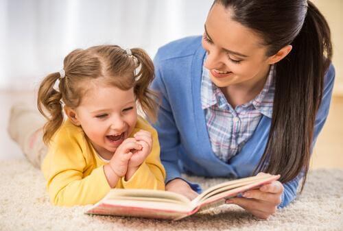 Mor og datter leser sammen