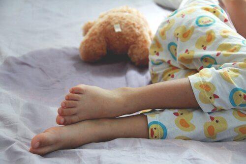 Enurese: Årsaker, symptomer, og behandling