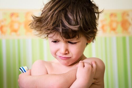 Liten gutt raserianfall