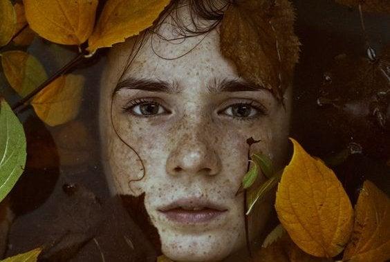 En kvinne med blader rundt hodet