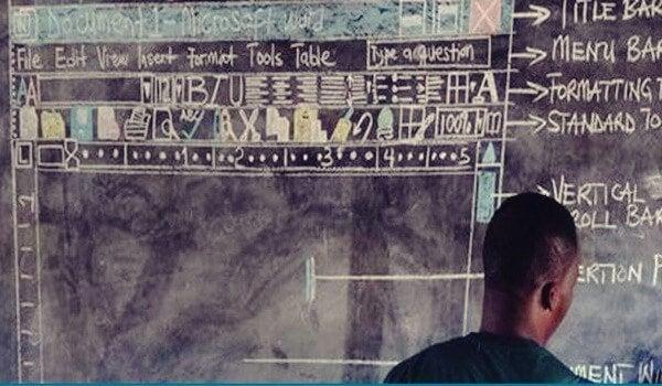 Ghanesisk lærer i klassen foran tavle