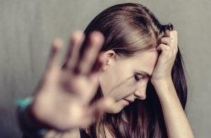 Kvinne lider av mishandling i hjemmet