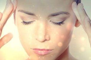 Kvinne praktiserer selvhypnose