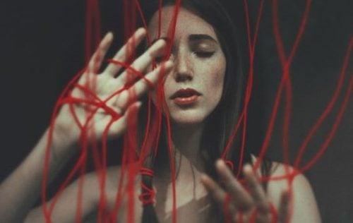 Kvinne fanget i rød tråd