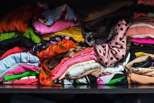 Uorganisert skap med klær