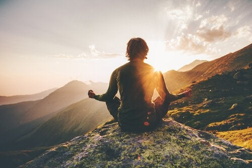 Person mediterer på fjellet