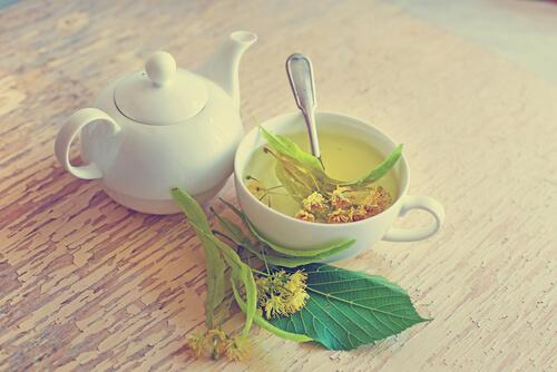 Bilde av en hvit tekanne og tekopp med lindeblomst te