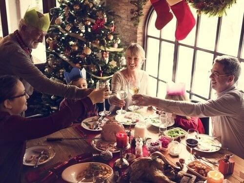 Familie spiser julemiddag