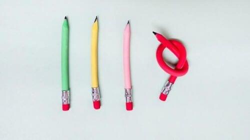 Fire pastelfargede blyanter der den ene er bøyd i en knute.