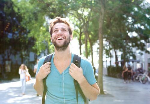 Bildet av en smilende man som går på byvandring