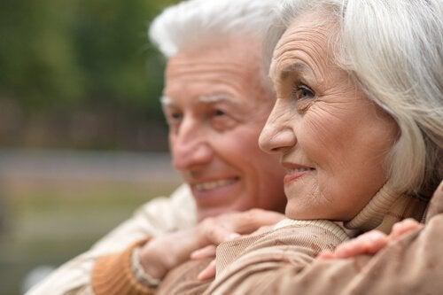 Bilde av et smilende eldre par