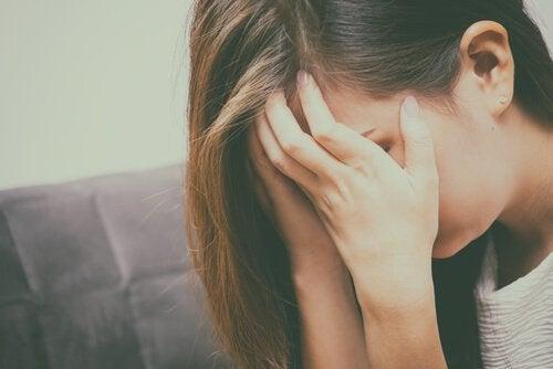 kvinne emosjonelt frustrert