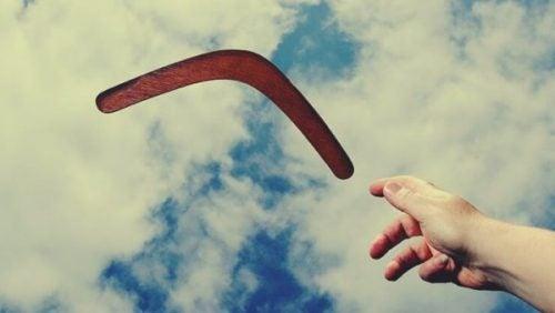 Hånd kaster bumerang
