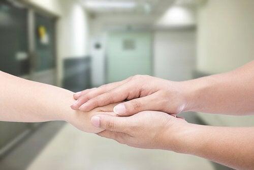 hender holder hånd