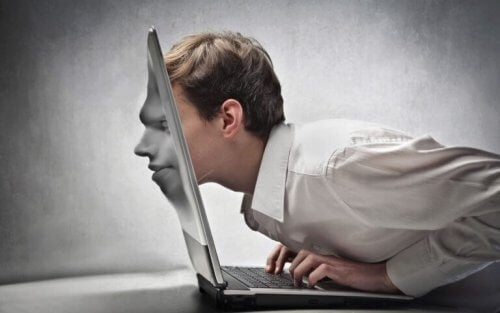 Mann er avhengig av internett