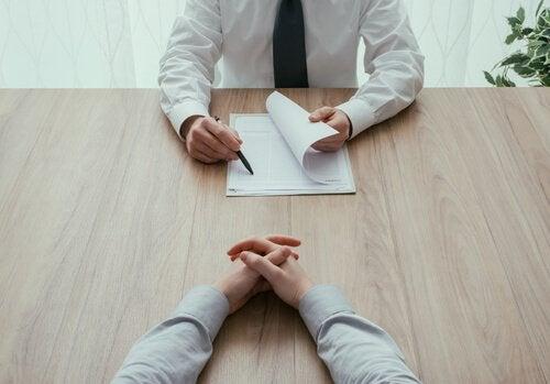 lurespørsmål stilles i jobbintervju
