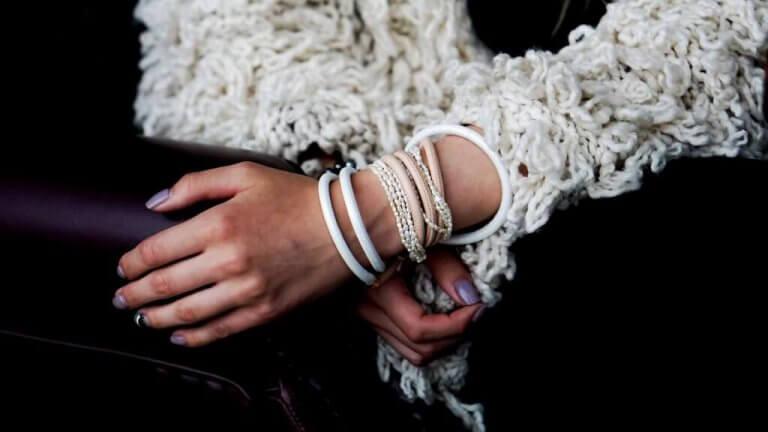 Historien om en jente med armbånd på håndleddet hennes.