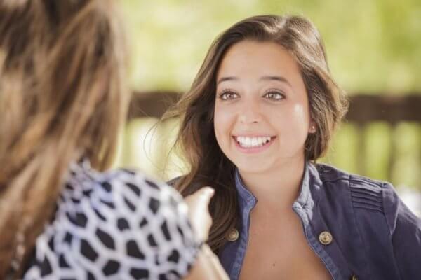 Jente snakker med venn som motstår fristelsen til å dømme folk