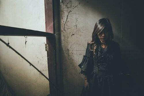 Kvinnen står alene i gangen