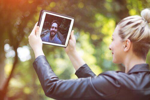 En kvinne som lager videosamtaler med kjæresten sin, fremmer kommunikasjon.