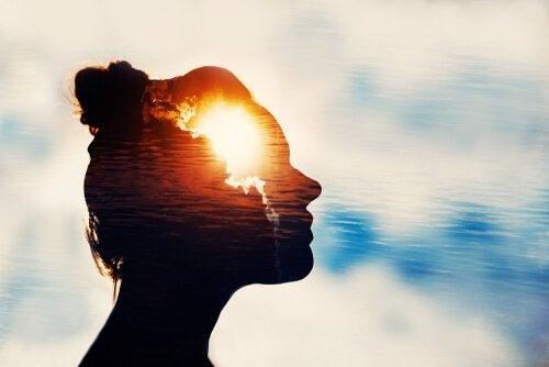 Kvinne bruker mentale treningsøvelser med et lys i hennes sinn