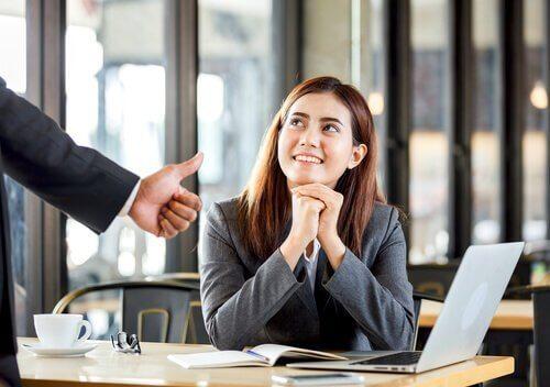 Kvinne mottar positiv tilbakemelding