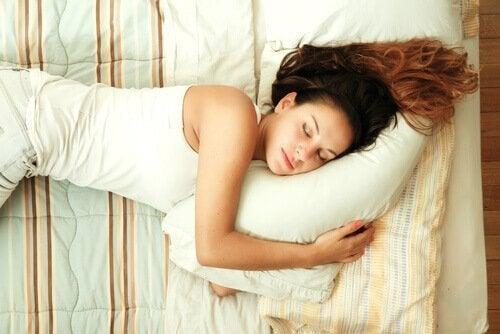 En kvinne som sover