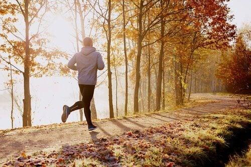 En mann som løper i skogen