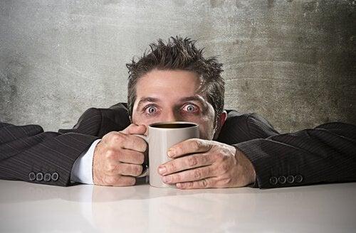 Hvordan oppstår en koffeinforgiftning?