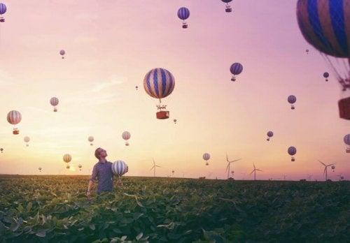 MaNn har visjonære opplevelser med luftballonger