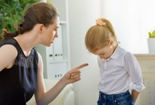 narsissistisk mor kjefter på datteren sin
