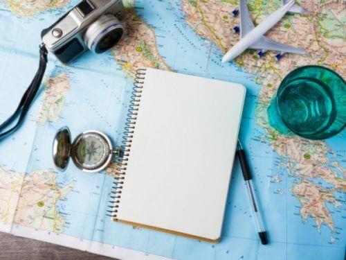 Notatok, kompass og kamera på et kart