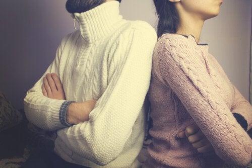 6 holdninger som skyver deg bort fra andre