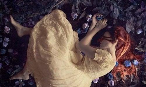 Bildet av en sovende kvinne i en gul kjole