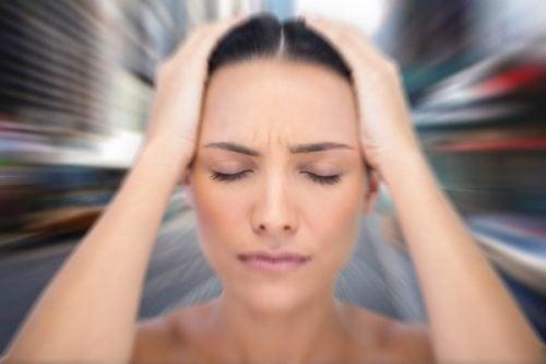Svimmel kvinne lider av angst