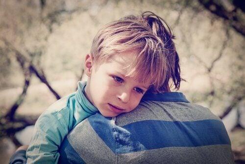 Trist gutt med lav selvfølelse klemmer sin bror