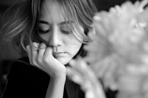 Trist kvinne tenker på fortiden og å overvinne smerte