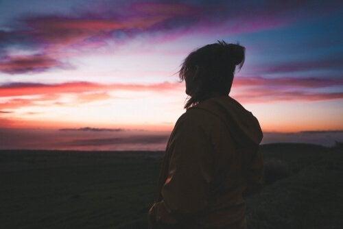 Trist person føler seg alene ser ut på naturen