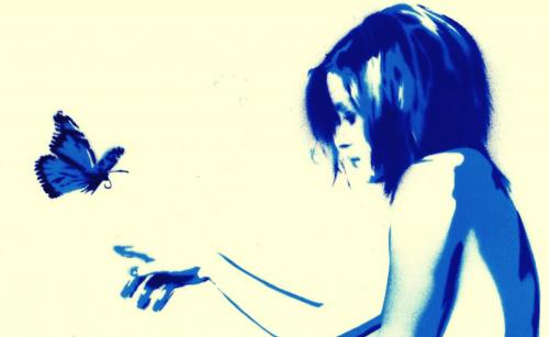 Blå og hvit tegning av kvinne med sommerfugl
