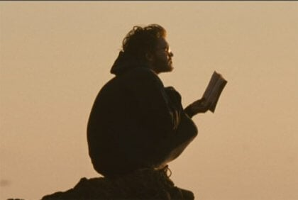 Christopher leser en bok