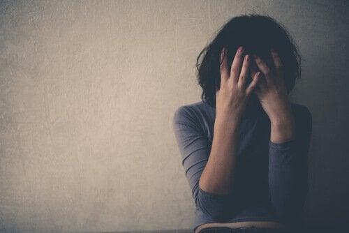 Emosjonell mishandling og angst: Hvordan er de relatert?