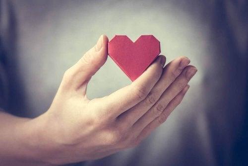 Hånd med et hjerte