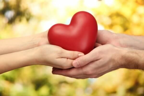 Selvutslettende person gir hjertet sitt vekk.